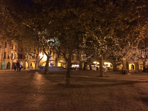 Uzes at night